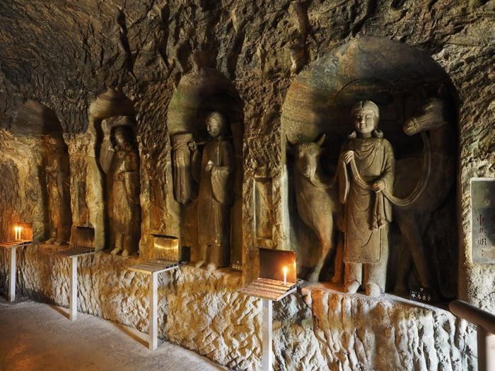 入口から一歩足を踏み入れた瞬間に、キンと張りつめた空気と、静寂に包まれます。弁天窟の中には、様々な神様が祭られています。