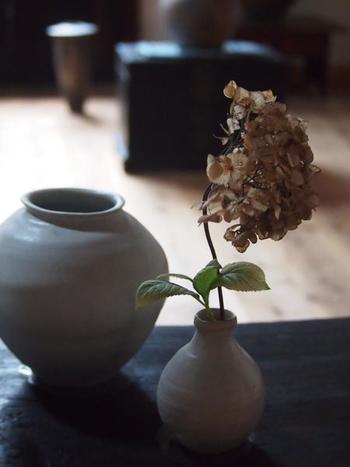 暮らしの中に季節の草花を、こんな風にさりげなく取り入れられたら素敵ですね。