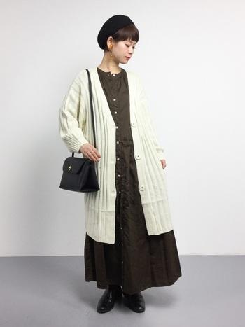 チョコブラウンのワンピースにオフホワイトのロングカーデをさらりと羽織って。カーディガンの太いリブでトレンドを取り入れ、ベレー帽で少しフレンチ風に。
