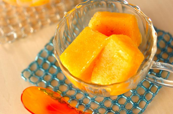 柿とレモン汁、ブランデーをミキサーにかけて凍らせるだけ。調理時間はわずか10分程度なのに、ちょっとおしゃれなデザートが作れます。ガラスの器に盛り付ければ、オレンジ色が映えてキレイですね。