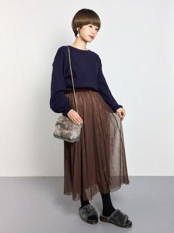 チョコブラウン×ネイビーの配色は洗練された印象に。 チュール素材のスカートにすることで、重たい色の配色でも軽さと動きが出ます。ファー素材のバッグとスリッパを取り入れればおしゃれ上級者に。