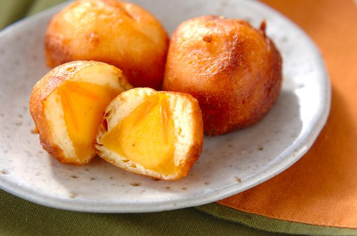 柿入りのミニドーナツは、子どもにも喜ばれるスイーツ。ホットケーキミックスで作った生地に生の柿をくぐらせて揚げるだけなので、凝っているように見えて意外と簡単。ちょっぴり火が通った柿は、甘さが増してさらにおいしくなりますよ。  完熟柿だと形が崩れてしまうので、ちょっと固めの柿を使うのがおすすめです。