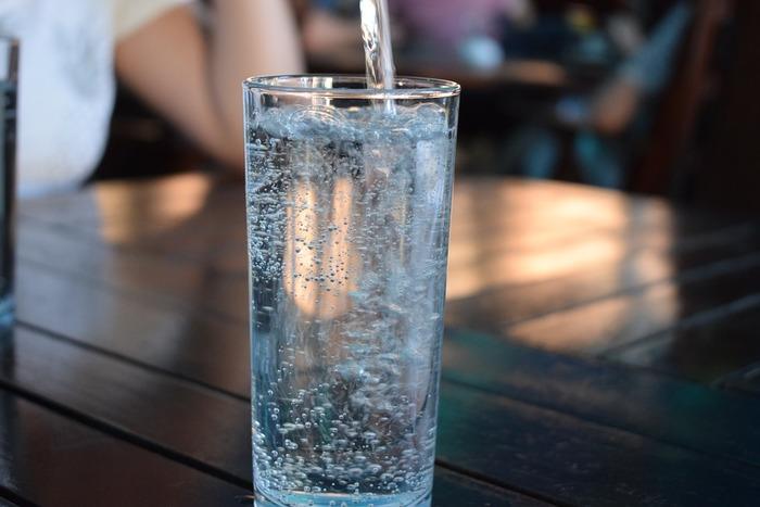 水分はわたしたちの体を構成する上で、とても重要なものです。どんな水分を摂るか、よく考えてみることも大切です。ミネラルウォーターやカフェインの入っていないお茶などは体に負担が少なく、適度な潤いを与えてくれます。のどが渇いたと感じる前に、少しずつ水分を補給するようにしましょう。