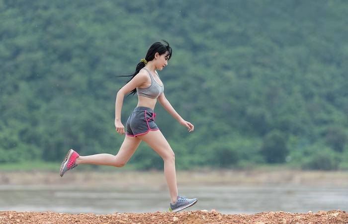 きちんと筋肉がついた、引き締まった体は誰もが憧れるもの。そのためには、少しの運動と三度の食事に気を配ることが大切です。ジムに毎日通う必要はまったくありません。ひと駅だけ歩いたり、エスカレーターは使わず階段を選んだり、毎日の小さな運動が積み重なって、基礎代謝をアップします。