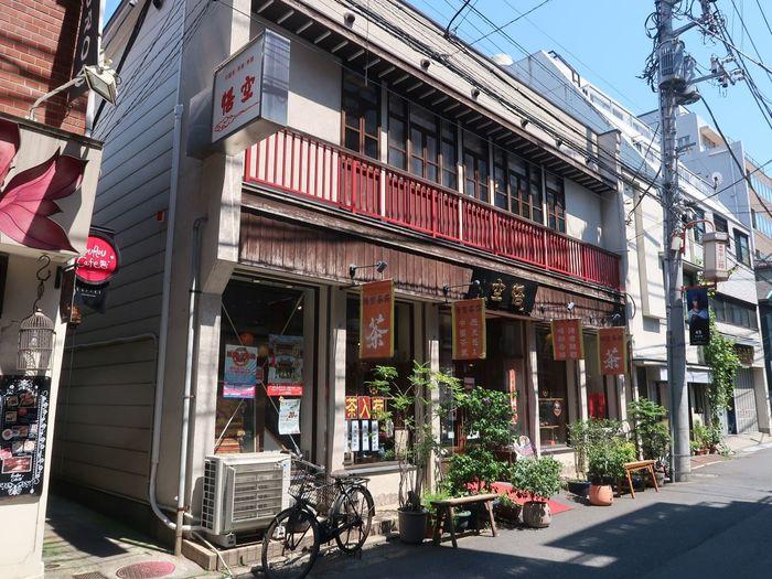 横浜中華街でも特に人気の中国茶サロン。1階では茶葉や茶器の販売、2階がカフェスペースです。カフェでは、常時40種類以上ものお茶とデザート、飲茶などの軽食を食べることができます。