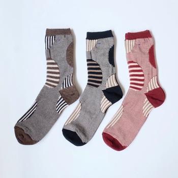 一見個性的に見えますが、落ち着いた色味なので秋冬の革靴にも合わせやすいです♪