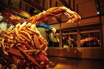 11月11日(土)18:00~20:30には、「ナイトミュージアム」を開催!光や音の演出に加え、「おせなかさん」に扮した子どもたちが、夜の空間絵本を案内してくれます。