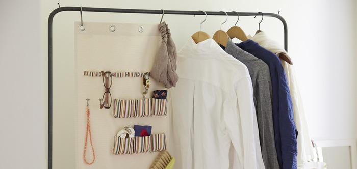 小物がスッキリ収納できるウォールポケットもとっても便利。例えばポケットに、日頃使うメガネやヘアターバン、洋服ブラシ等を収納してみたり。掛けて利用するものなので、壁やハンガーラックにも取り付けることもできます。