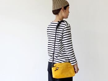 ナイロン素材ならではの鮮やかな発色を楽しみたいショルダーバッグ。肩に当たる部分が幅広になっていて、ずれ落ちにくくなっています。