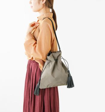 ナイロン素材でも女性らしい上品なデザインもあります。雨や汚れを気にせず、臆せず使えそう。