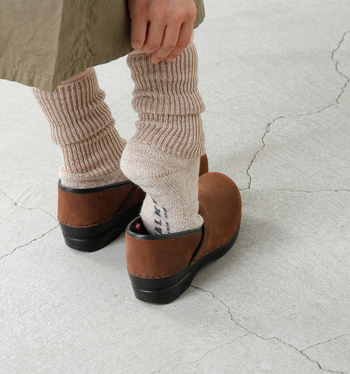 """厚手であたたかみのあるウォーキングソックス""""WALKIE""""は、ウールミックス糸で編まれた柔らかな生地で、足を優しく包み込んでくれます。やさしい色合いの「ベージュ」は、秋冬コーデで主張し過ぎず女性らしいやわらかい印象に。"""