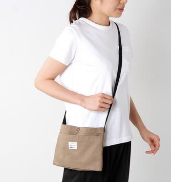 厚みの無いぺたんこのショルダーバッグも最近の流行。キャンバス地ならではのナチュラルな雰囲気が楽しめます。