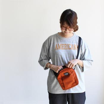 縦に入れるバッグは広めのファスナーが使いやすい。カジュアルな装いにぴったりです。