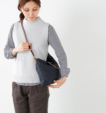 携帯電話やお財布、プラスαで文庫本も入るくらいの小さめバッグは、お洋服とのバランスもとりやすくお勧めです。コンパクトなショルダーバッグなら肩への負担も小さくて済むうれしい効果も。