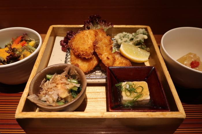 羽田空港第1ターミナルビル2Fにある、出発ロビーの一角にある和食のお店が「ヒトシナヤ」。小鉢に美しく並ぶ一品一品はヘルシー志向の方にもおススメです。