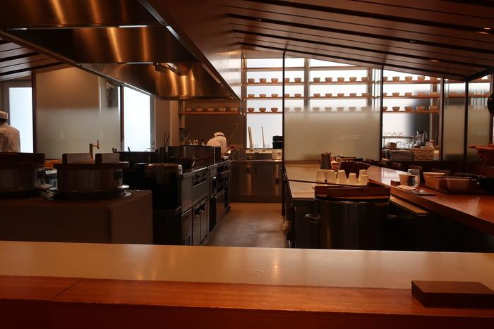 木のカウンターは割烹料理店のようで空港にいることを忘れてしまいまそう。出発前に、しばらく会えなくなる家族や友人とのお食事にも訪れてみてはいかが?
