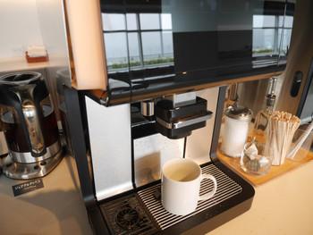 広々とした開放的な空間で、フレッシュなジュース以外にも、コーヒーや紅茶などのドリンクバーを楽しむことができます。