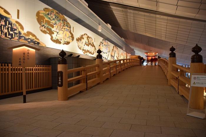 日本文化を意識した国際線ならではの造りになっていて、小さな日本橋を渡ることもできますよ。