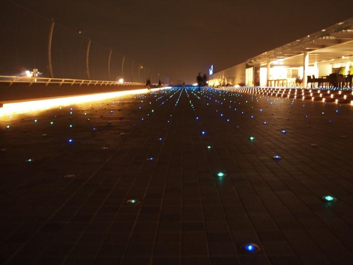 羽田空港第2ターミナル5階にある展望デッキ(※)は、広がる空に風がとても心地よい開放的なスペース。星屑ライトアップも美しいので、ぜひ飛んでいく飛行機を眺めながら夜のデートを楽しんでみませんか?  (※)展望デッキは、第1旅客ターミナルの6Fと屋上にもあります。チェックしてみてくださいね。