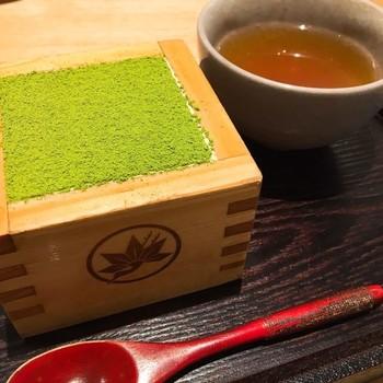 鎌倉駅から徒歩8分、鎌倉小町通に2016年12月オープンしたカフェ「もみじ茶屋」。京都の人気スイーツ「MACCHA HOUSE 抹茶館」の抹茶ティラミスが、鎌倉で食べられると話題です。開店当初は2時間並ぶこともあったようですが、最近は少し落ち着いてきたようです。
