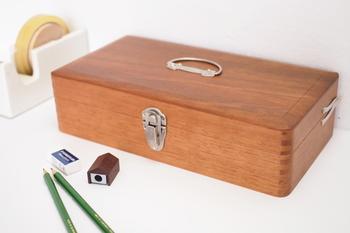 ちょっぴりレトロな雰囲気の木製のお道具箱。どこか懐かしくて、素朴で可愛いですね。文房具をひとつの場所にまとめて保管しておけば、使い時にすぐに取り出せて便利です。