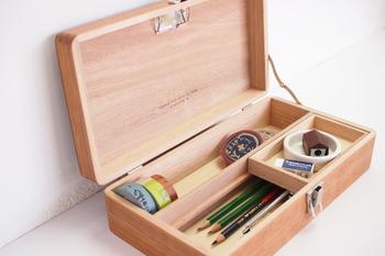 マスキングテープや鉛筆、ペン、消ゴム…etc.仕切りがあるので、さまざまな大きさの文房具が収納できます。フタの裏にはメモばさみが付いているので、大事なメモなどを挟んで使えます。