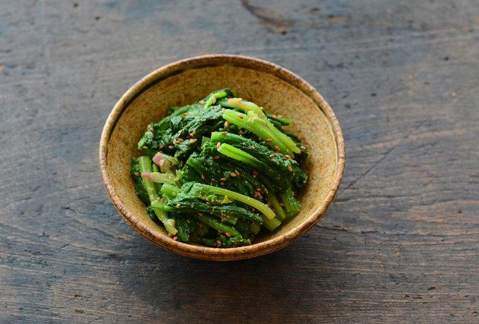和の食卓には外せない名脇役のひとつ。筑前煮は茶色が多いので、緑色のほうれん草は献立全体の彩りにもなります。シンプルな一品だけに、茹でたほうれん草の水気の切り方と和えるタイミングが大切。甘みは好みの加減で決めてもいいですね。