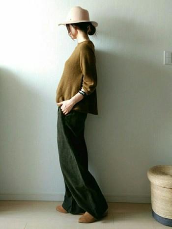 こっくりとしたマスタードカラーのセーターとモスグリーンのパンツを合わせたスタイル。服の質感が色にも反映されて、より季節感のあるコーディネートに仕上がっています。