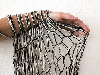 同じ編み方でも色を変えるとそれぞれに味わいが出ます。また、極太の毛糸だと編み上がりはふっくらとやわらかい感じに。編み針で編んだ時には出せない独特な雰囲気に仕上がります