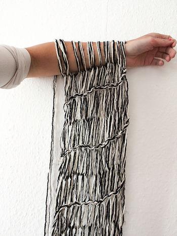 細めの糸を使うと大きな編み目が空気感たっぷりで、繊細で華奢な雰囲気に仕上がります。