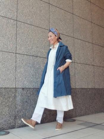 ホワイトコーデに、インディゴブルーのアウターと淡いベージュのシューズを合わせた大人なナチュラルテイスト。頭に巻いたミックスカラーのスカーフや足元で、あたたかみのある印象に。
