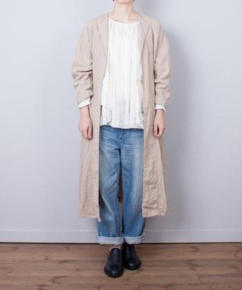 ここ数年、大人気のロング丈。こちらは「nest Robe(ネストローブ)」のリネンラペルコート。ちょっと肌寒いな、と思う時に軽く羽織れるので一枚あると便利です。ロング丈でも素材が軽やかなので意外とバランスもとりやすくどんなファッションにも合わせやすそうですね。