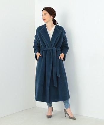「AURALEE(オーラリー)」の アルパカ・ノーカラーコートはとにかく暖かい。美しい落ち感と上質なツヤ感が大人っぽくてラグジュアリーな雰囲気を醸し出し、デニムを格上げしてくれます。