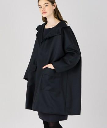 「LE GLAZIK(ル グラジック)」のフードコート。トレンドのオーバーシルエットをアウターでも。肩落ち感が大人っぽくて素敵♪ボリュームのあるニットを着ても着ぶくれしにくいのも嬉しいですね。