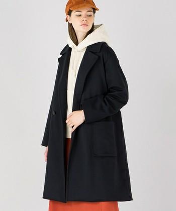 こちらは「ORCIVAL(オーシバル)」のコート。Aラインのビッグシルエットは肩を落として着ても◎