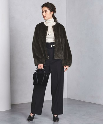 「UNITED ARROWS(ユナイテッドアローズ)」のショート丈のファーコートは落ち着いたカラーと上品なツヤ感で、デニムスタイルにはもちろん、きれいめパンツやスカートとも好相性♪