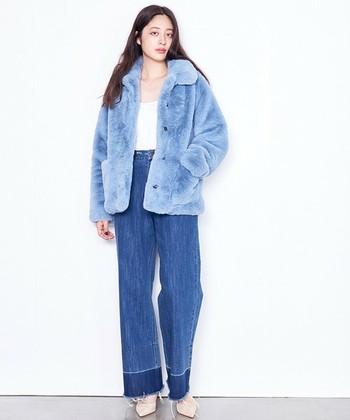 「Li HUÀ(リーファー)」のファーコートは、ネイビー・ライトブルー・ブラウンの三色展開。こちらはライトブルー。暗い色が多くなりがちな秋冬のファッションにきれいめカラーを投入してみませんか?