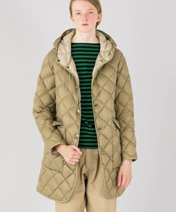 パンツにもスカートにも合わせやすく年代を選ばず人気の高いキルティングコート。英国生まれの「Gymphlex(ジムフレックス)」のキルトダウンコートはなんといっても暖かさが◎首元までしっかり止められるボタン、ちょうどヒップを包んでくれる絶妙な丈感で寒い日も安心です。