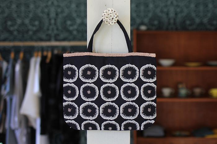 刺繍の花柄トートバッグ。可愛らしい花の形と、丁寧に描かれた刺繍がとても可愛く上品です。