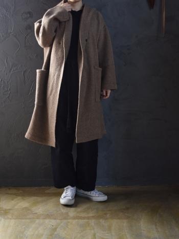 「Veritecoeur(ヴェリテクール)」のウールフードコートは軽くて合わせやすくて重宝しそう!風の強い日はフードをすっぽりかぶって完全防寒も。