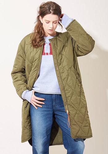 こちらは「kha-ki(カーキ)」のロング丈キルティングコート。カジュアルに着こなせるアースカラーはデニムと相性抜群◎クールな大人っぽい着こなしにぴったりなデザインです。