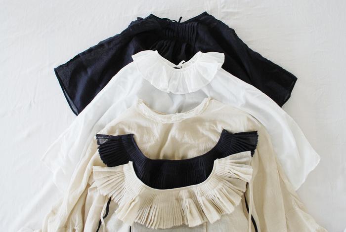 ふんわりフリルはボリューム満点。フリルや丸襟は、女性らしさを惹きたててくれます。
