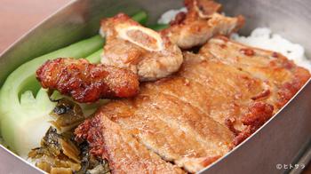 アルマイトのお弁当箱に入った、台湾風『パイコー飯』が人気。カラッと揚げた柔らかい豚肉に、甘辛しょうゆ味のタレがからんでとても美味。