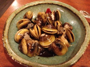 台湾名物の「しじみの醬油漬け」は、ついつい昼間からお酒がすすんでしまいそうな味わいです。