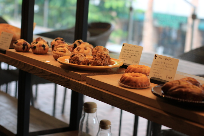 パンはもちろん、焼き菓子、ケーキなどの洋菓子も種類豊富。オーガニック珈琲や、コールドプレスジュースなど飲み物もこだわりがつまっています。