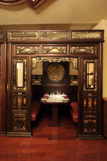 5階建てで個室も多くあり、お祝いの席などに利用する方も多い老舗中華料理店。こちらは、1階奥にある半個室。中国の伝統的なベッドをイメージした装飾が見事ですね。