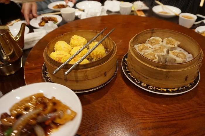 皆で円卓を囲んで食べる中華は楽しいですね。ランチのコースは種類豊富で、アラカルトもオーダーできて大満足。