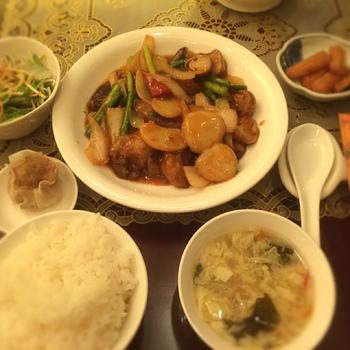 こちらはお得な平日限定ランチ。サラダ、スープ、ごはん、漬物、点心、デザート、中国茶とメインは4種類あるなかから1つ選びます。