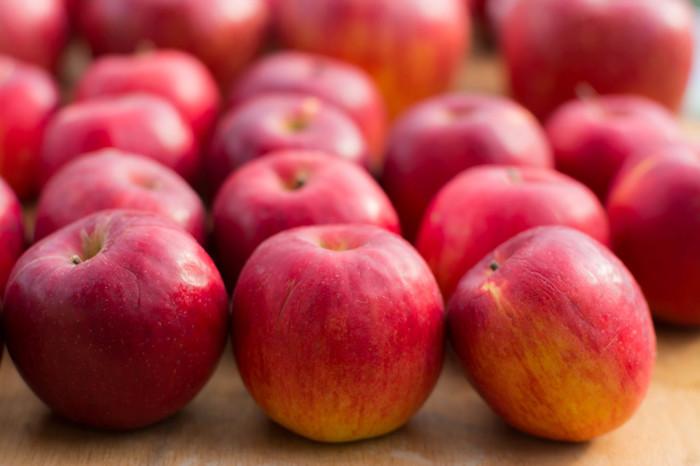 生で食べるととても酸っぱい「紅玉(こうぎょく)」ですが、火を通しても煮崩れしにくく、ほど良い酸味が残るため加工用に適しています。秋の初めに出回る、真っ赤な紅玉は、ぜひジャムやアップルパイなどで食べましょう。 また、紅玉は比較的早く食味が変わりやすいので、手に入れたらなるべく早めに調理するのがポイントです。