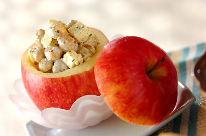 リンゴを丸ごと器にしたおもてなしにもぴったりのカップサラダ。角切りにしたリンゴとゆでたひよこ豆、チーズをマヨネーズと粒マスタードで和えます。
